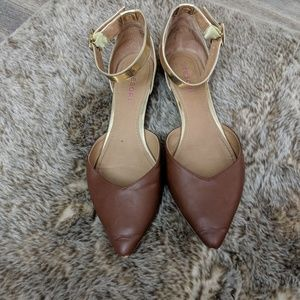 Tesori brown/gold pointed toe buckle flats